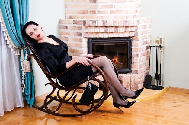 벽난로 앞 흔들 의자에 피곤 된 여자