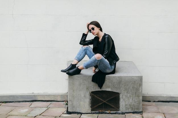 Утомленная женщина на открытии вентиляционного отверстия цемента