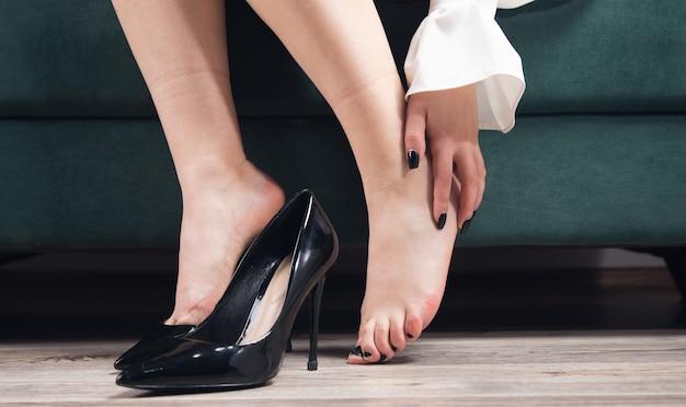 집에서 신발을 벗고 피곤한 여자