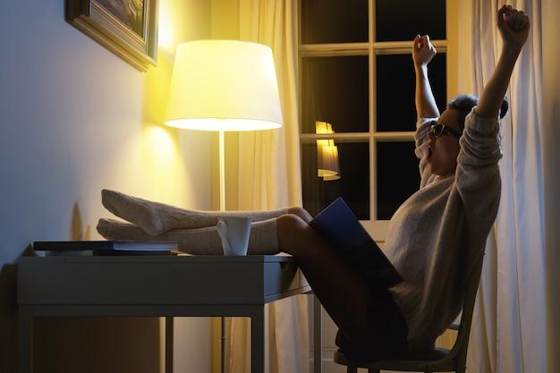 Уставшая женщина хочет спать после долгого чтения