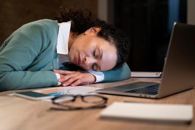 Усталая женщина работает допоздна в срок