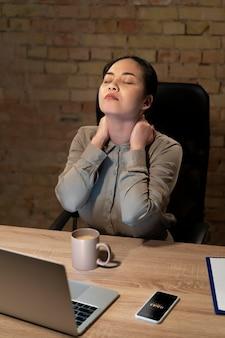 Усталая женщина работает допоздна для проекта
