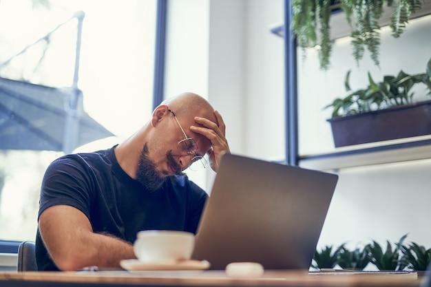 긴 노트북 pc 작업 후 피곤한 젊은 사업가가 두통을 느끼는 피로 통증 개념