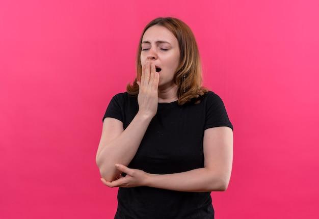 복사 공간 격리 된 분홍색 벽에 닫힌 된 눈으로 입에 손으로 하품 피곤 된 젊은 캐주얼 여성