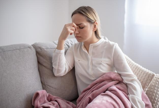 頭痛に苦しんで疲れている若い女性