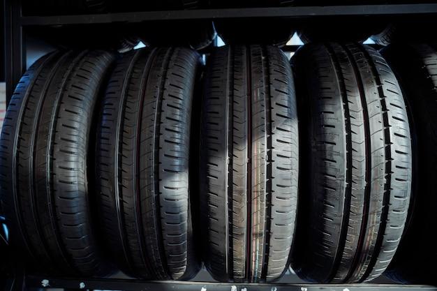 Шины на полках в магазине автомобильных шин