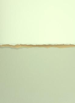 チタンホワイトブラウンパステルグレーの紙で、側面の独特の破れが重なっています