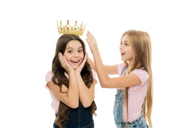 タイトルはかわいい子供に行きます。私の親友。個人的な感謝。子供は黄金の王冠のシンボルの王女を着ます。夢を見ているすべての女の子は王女になります。リトルプリンセス。王位の受け手。授賞式。