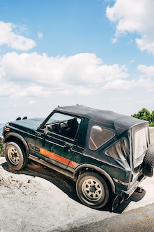 티바트 몬테네그로 7월 돌 언덕에 차양막이 있는 소형 suv