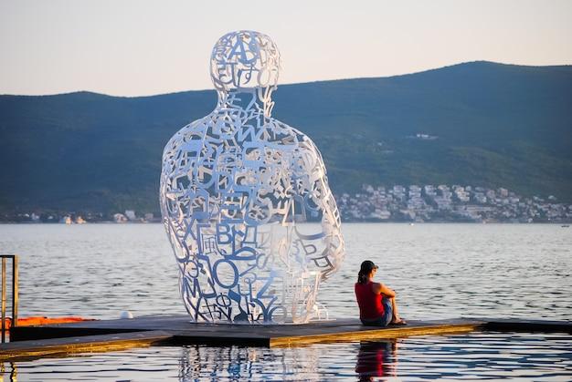 Tivatの海岸には魅力的な記念碑があります