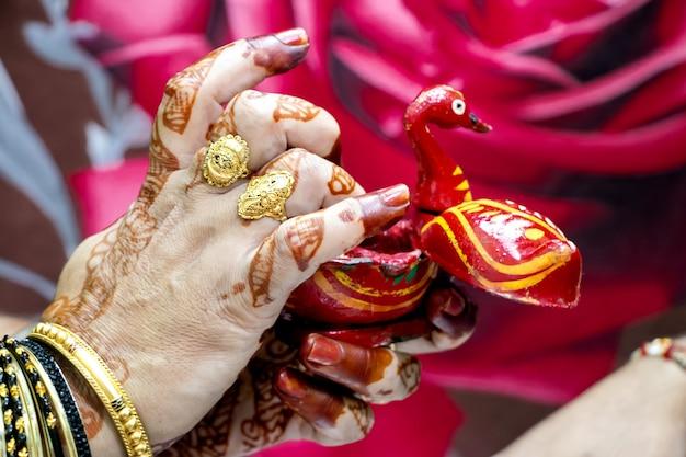틸락을 바르기 위해 인도에서 한 여성이 손가락에 금금을 취하고 있다