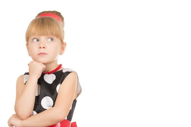 考慮される。白で隔離の思考を離れて見ているドレスの小さなかわい子ちゃん