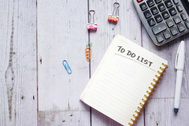 机の上のオフィスサプライヤーとノートブックでリストを行うには