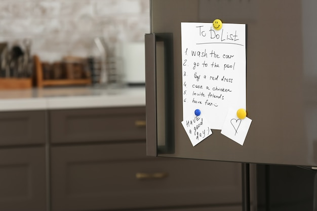 Список дел на холодильнике на кухне