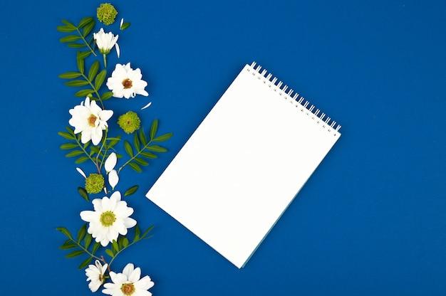 やることリスト:赤い目覚まし時計、鉛筆、ノート