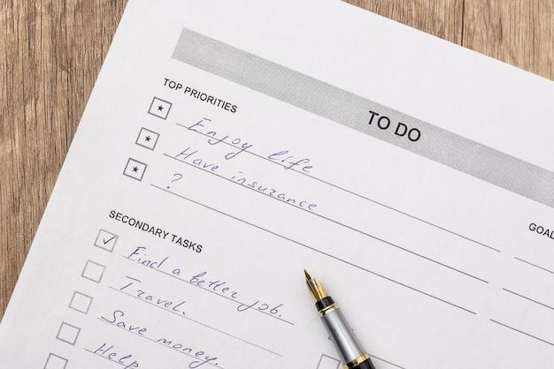 Список дел с ручкой на столе