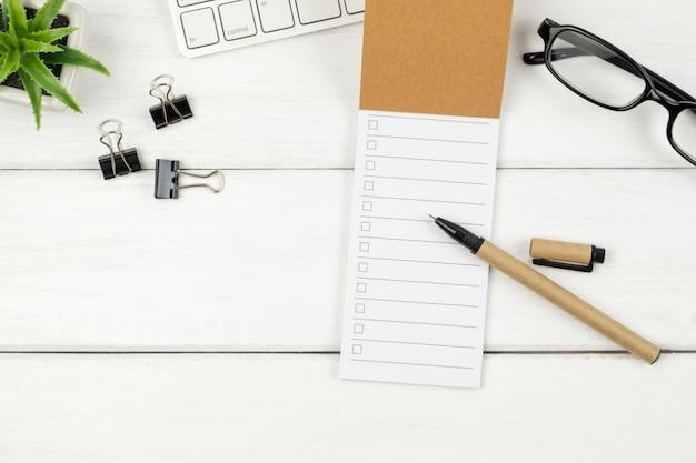 オフィスの机の上のto doリスト紙の平面図