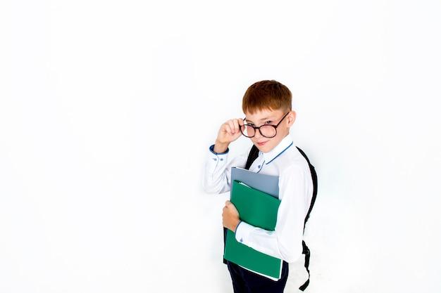 학교로 돌아가려면. 안경 재미 있은 소년, 책과 가방 학교에서 아이