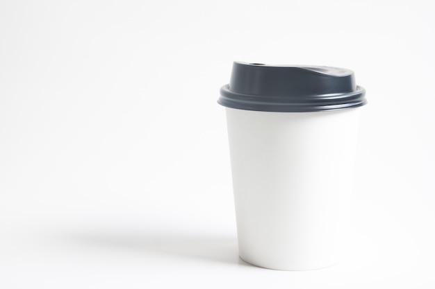 白い背景にブランディングのための熱い飲み物の模擬杯を行くために
