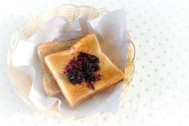 Тост и фруктовая варенья
