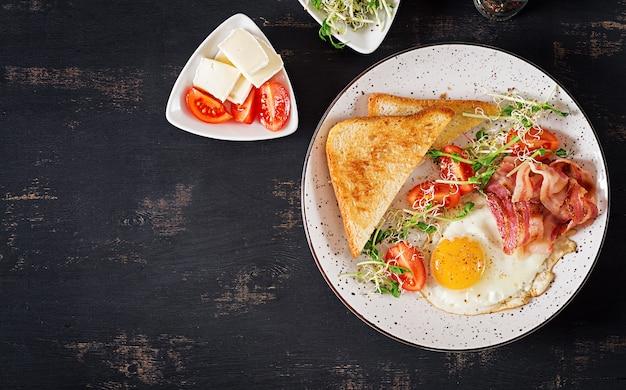 토스트, 계란, 베이컨, 토마토 및 마이크로 그린 샐러드.