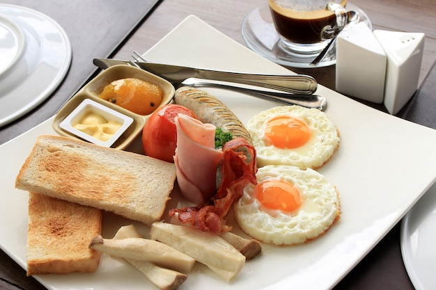 Toast, egg, bacon and vegetables