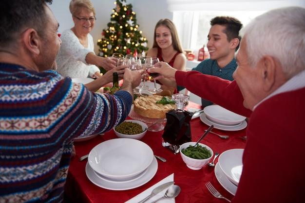 크리스마스에 가족과 함께 건배