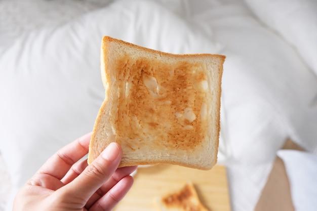 トーストは炭水化物エネルギーの朝食です。
