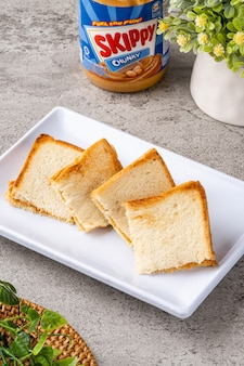 トーストは通常、白パンのグリルとフィリングのサンドイッチとして準備されます。