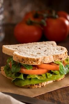 채소와 토마토를 곁들인 토스트 샌드위치