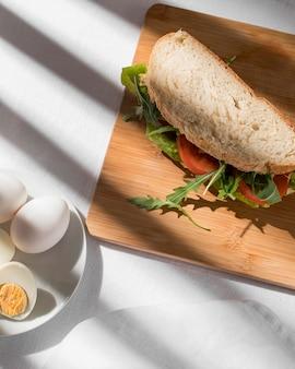 토마토, 채소 및 완숙 계란이 들어간 토스트 샌드위치