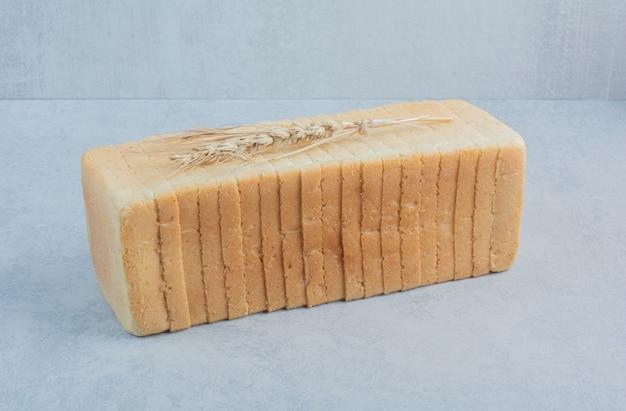 Ломтики пшеничного хлеба тоста на синем фоне. фото высокого качества