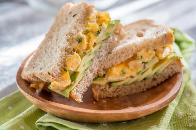 아보카도와 계란 토스트