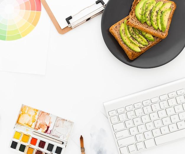 Toast con avocado per colazione