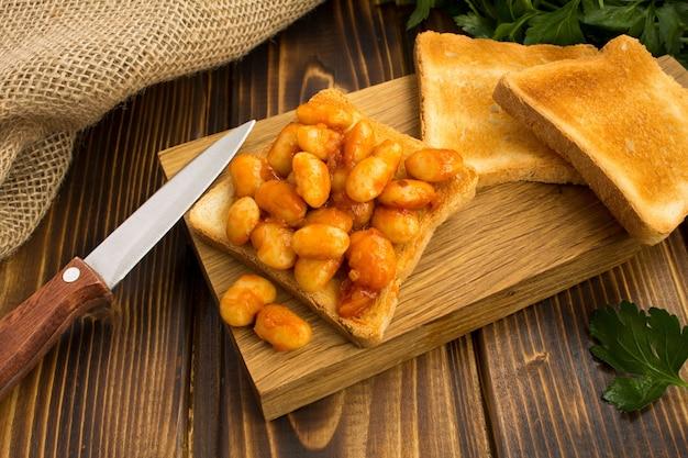 豆とトマトソースのトースト