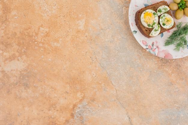 大理石のテーブルでゆで卵とトースト