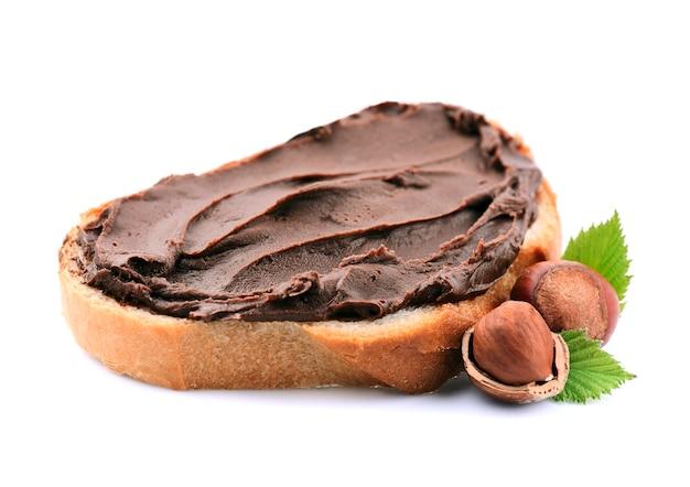 Тост с шоколадным кремом с орехами фундука, изолированные на белом фоне.