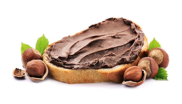 Тост с шоколадной пастой и фундуком, изолированные на белом backgerounds. шоколадный хлеб.