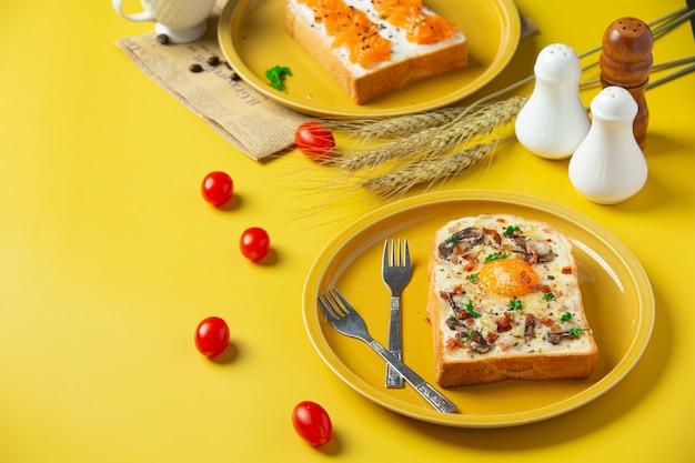 테이블에 튀긴 계란과 크림 치즈 토스트