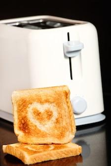 토스터 위에 하트 모양으로 토스트