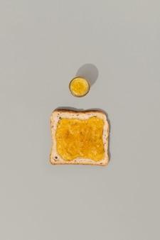 Тост с лимонным джемом на сером фоне. вкусный завтрак утренний шаблон меню ресторана