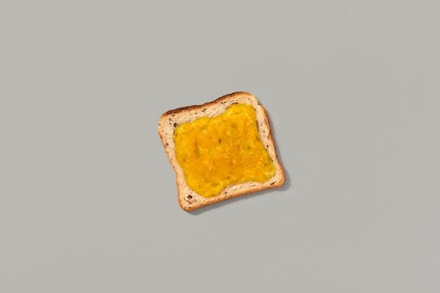 Тост с лимонным джемом на сером фоне
