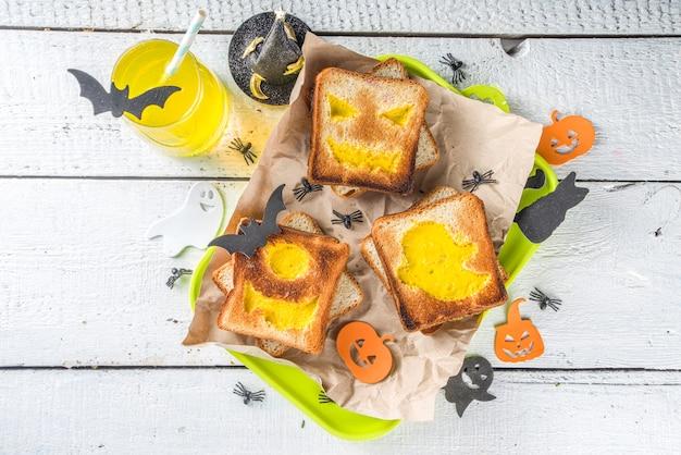 Тост с яичницей в виде хеллоуинских монстров