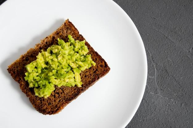 Тост с разбитым авокадо и зерновым хлебом