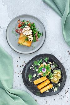 柔らかいブッラータチーズ、肉、ブレッドスティック、ハーブ、野菜のトースト