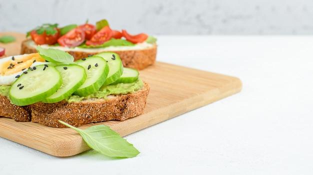 まな板の上で野菜をトーストし、ヘルシーな朝食を作ります