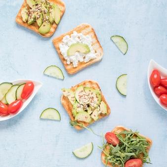 Тост с овощами на столе