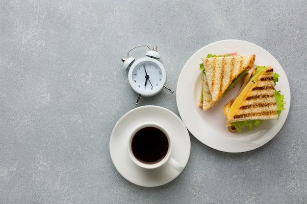 トーストしたパンと目覚まし時計