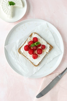 Toasted bread with fresh cheese and strawberries