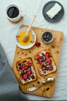 Поджаренный хлеб с медом, сливочным сыром, джемом из красных фруктов и кофе
